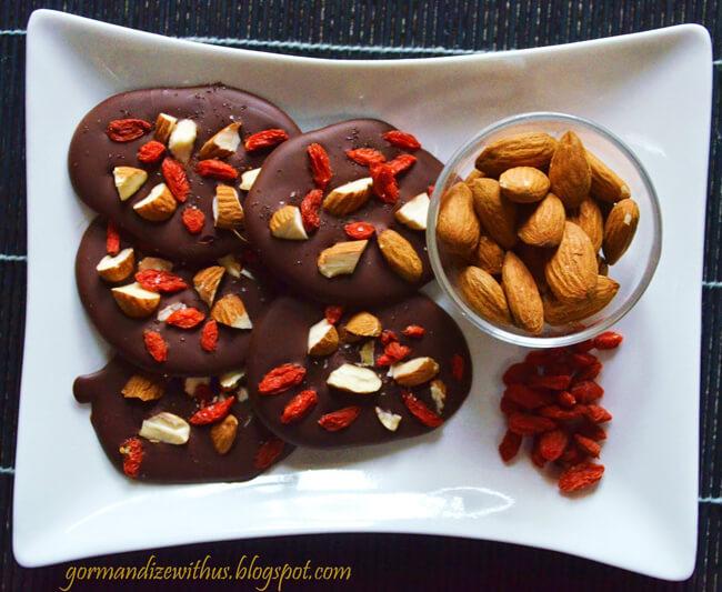 Goji bogyós és mandulás csokoládé recept